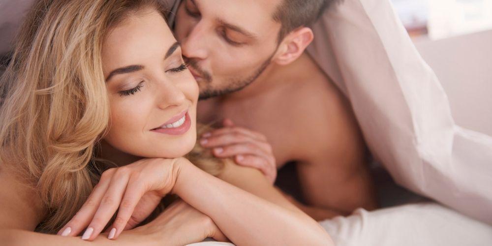Článok: ženský orgazmus, ako ho dosiahnuť. Mladý pár v posteli pri intímnej chvíli