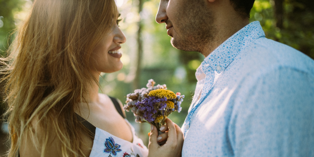 mlady par s kytickou v ktorej je mozno aj kotvicnik zemny