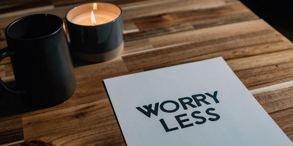 upokojujuce vonne sviecky na stole s napisom worry less